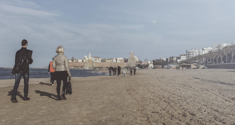 una passeggiata in riva al mare